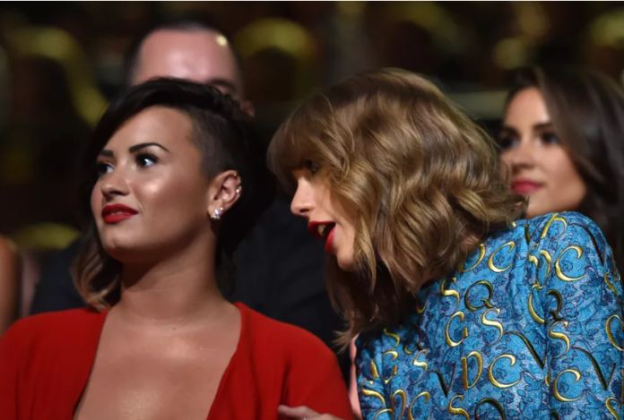 Taylor Swift (R) and Demi Lovato attend the 2014 MTV Video Music Awards